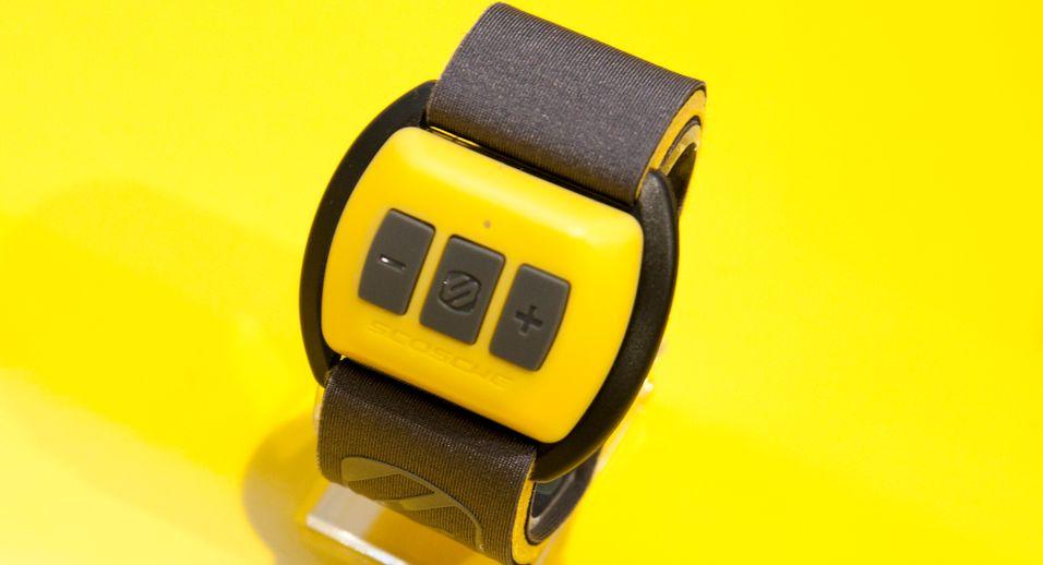 DAGENS DINGS: Dette armbåndet måler puls, og styrer musikken