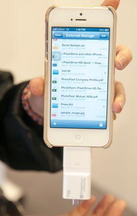 Android klarer seg med en vanlig filutforsker for å lese innholdet på kortet. iOS trenger en egen app.