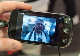 Telefonen har et kamera som tar bilder i fem megapikslers oppløsning. Alle bildene vi tok fikk et kraftig blåskjær. Vi vet ikke om det skyldes kameraet eller lyset i hallen.