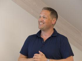 Carl Onstad var strålende fornøyd over å kunne presentere det nyoppussete IT-møtestedet.