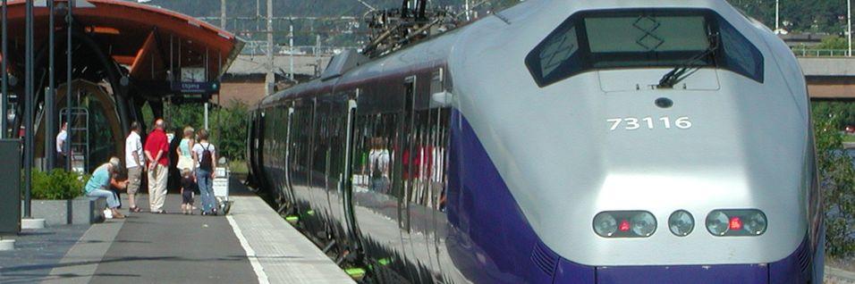 Togpassasjerer inn mot Drammen stasjon skal ha fått bedre mobildekning, men det mangler både tale og mobilt bredbånd på store deler av jernbanenettet i Norge.