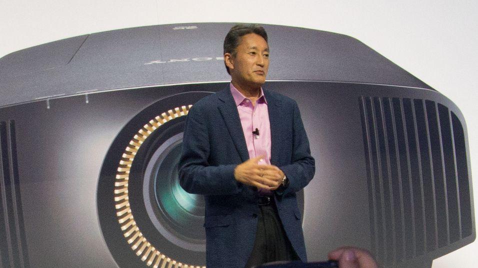Sjefen selv, Kazuo Hirai, trekker projektoren ut av hatten