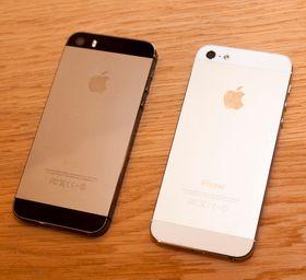 Vi fikk aller nådigst lov til å ta et bilde av iPhone 5S ved siden av fjorårets iPhone 5. Det var ikke tillatt å sammenlikne den direkte mot andre telefoner.