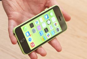 iPhone 5C kommer i en rekke farger, og du kan sette på en haug ulike deksler.