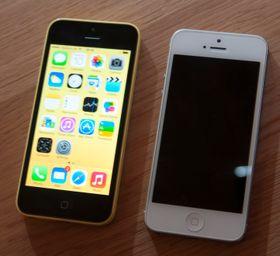 I kveld lanserte Apple også iPhone 5C. Telefonen er bygget i plast, og skal være så godt som identisk med dagens iPhone 5 på innsiden. Her er det éne bildet vi fikk ta av den ved siden av opphavet.