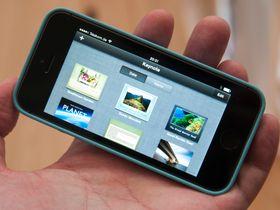 Apple har dessuten gjort sine iWork- og iPhoto-pakker gratis. De lastes ned når du starter telefonen første gang.