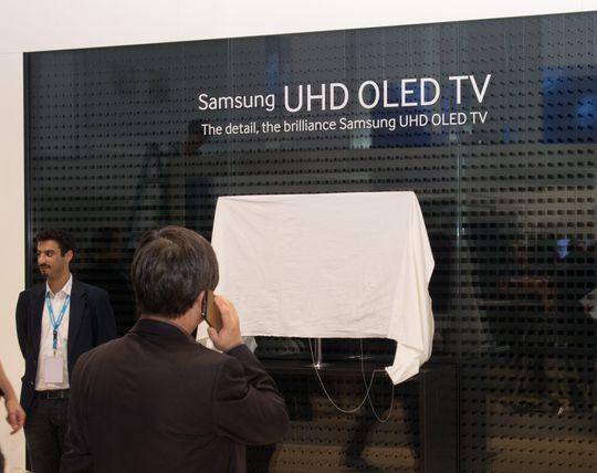 Første dagen er Samsung gnien på å vise frem varene.