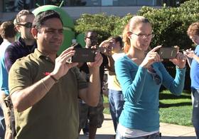 Dette var det første bildet av Nexus 5, fra Googles egen lanseringsvideo av Android 4.4 KitKat.