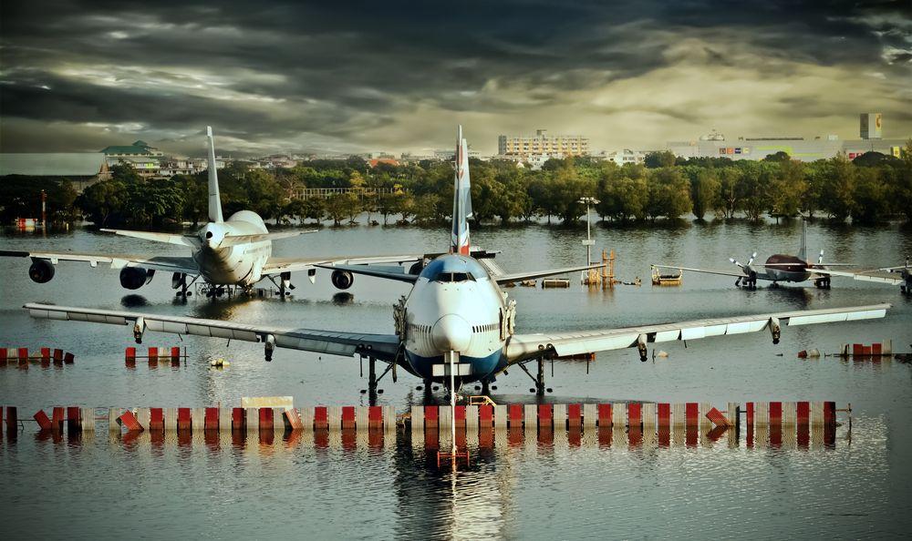 Flommen i Thailand i 2011 gjorde massive skader i landet. Hele byer stod under vann, også flyplasser og harddiskfabrikker. Harddiskproduksjonen var lammet i lang tid, og prisene steg drastisk.
