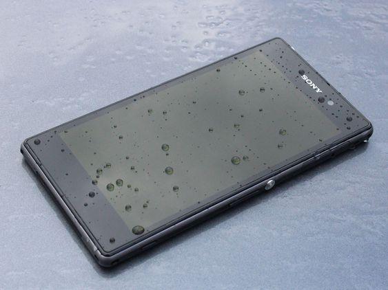 De fleste mobiler blir lett ødelagt av fukt. Xperia Z1 er vanntett.