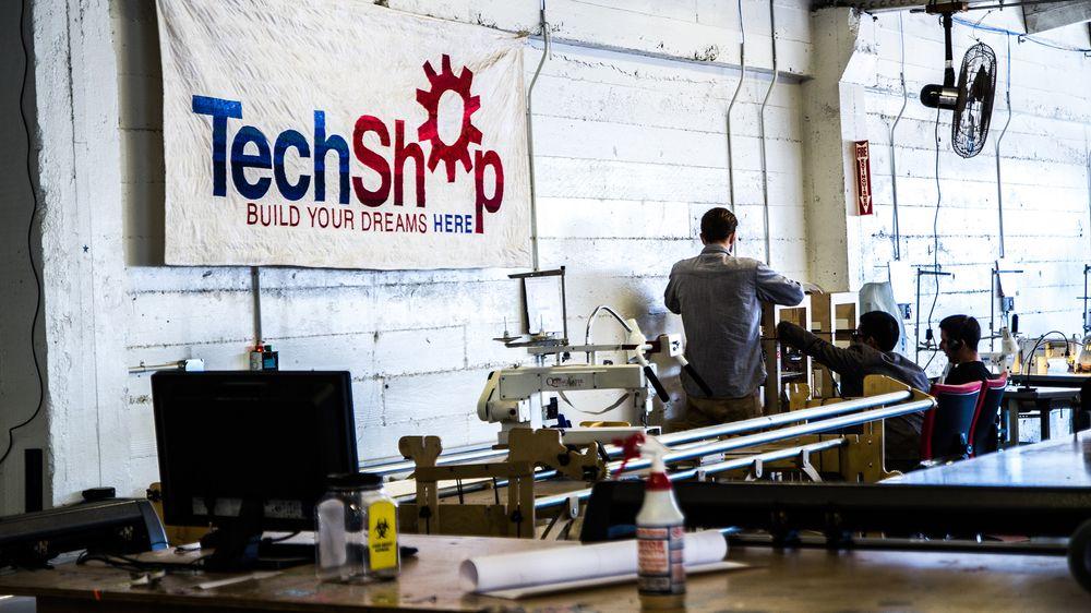 TechShop byr på symaskiner og 3D-skrivere i skjønn harmoni.