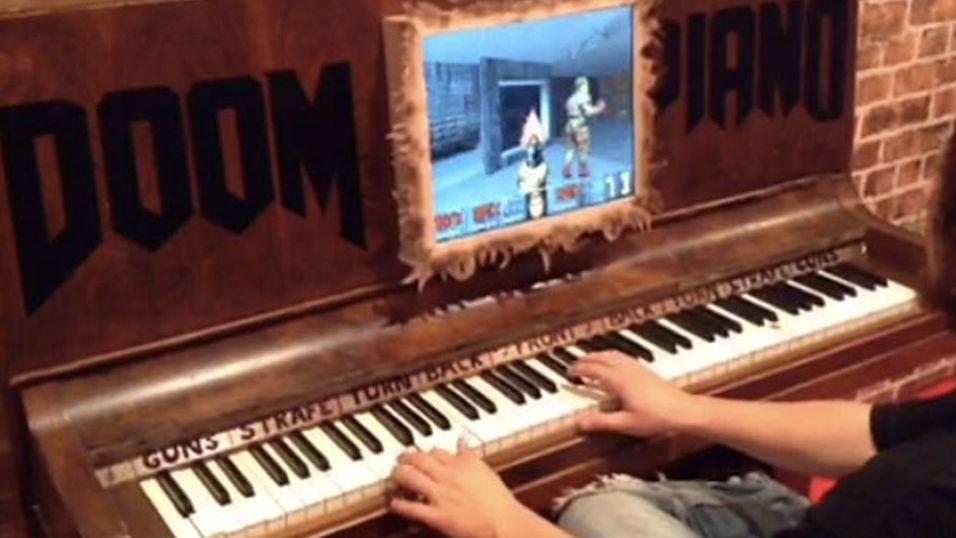 Her spiller han Doom med piano