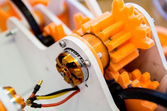 Kompliserte tannhjul, skrevet ut og utstyrt med en liten elektromotor, gjør at denne roboten kan bevege seg på egen hånd.