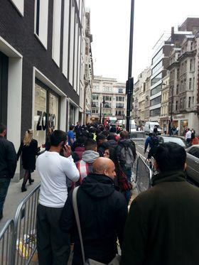 Vi er på plass i køen utenfor Apple Store i London.
