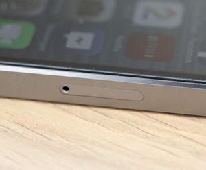 SIM-kortet av typen Nano-SIM får plass i en skuff på siden av telefonen.