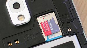 SIM-kort og MicroSD-kort sitter samlet under dekselet. Minnekortet kan byttes uten at du behøver å slå av telefonen.