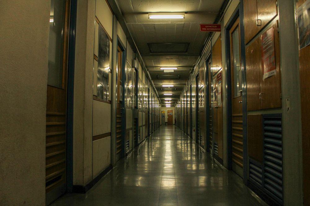 Korridorer som denne strekker seg gjennom de fleste bygningene på CERN. Mer eller mindre mørklagte, og utført mer eller mindre etter 60-talls designparadigme for gymsaler, skal de likevel ikke undervurderes. Som vi snart skal komme tilbake til, var det nettopp i en slik korridor at den delen av Internett de aller fleste av oss bruker i dag ble født.
