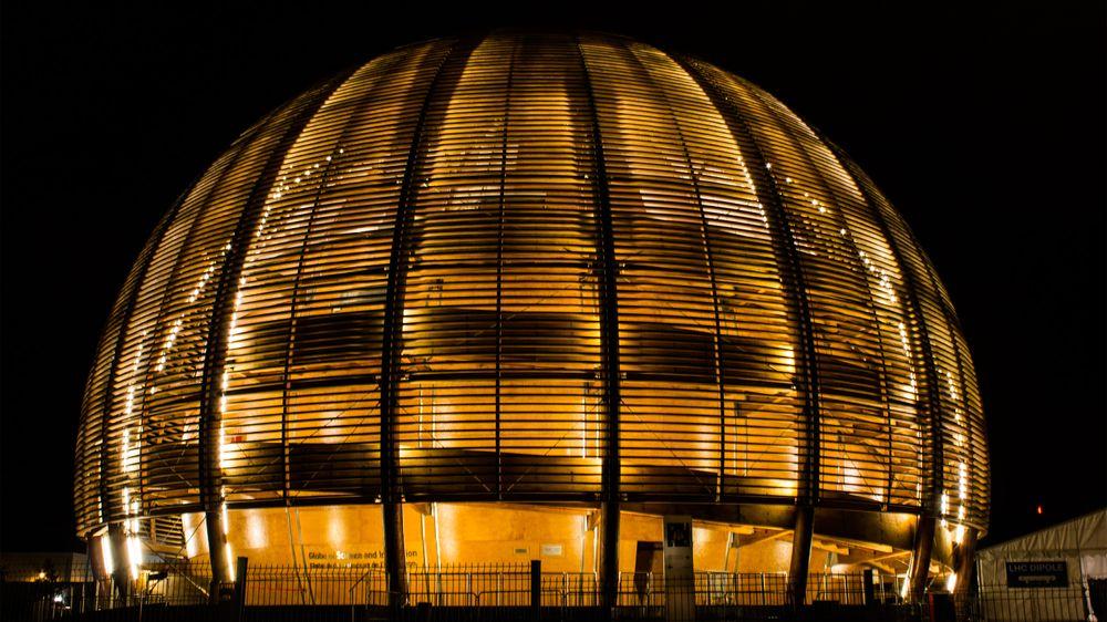 Den store tredomen er det første som møter oss når vi ankommer utenfor CERNs Meyrin-campus, kvelden før portene åpnes for almuen.
