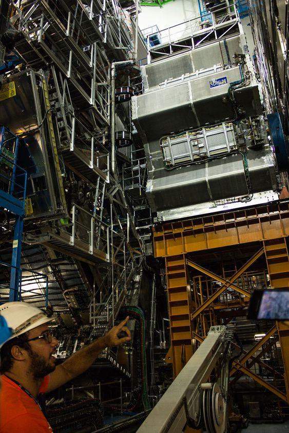 ATLAS er en av de imponerende store detektorene der protonstrålene i magnetene føres sammen til en frontkollisjon. Den er 46 meter lang og 25 meter høy, og måler på det meste 1000 millioner partikkelkollisjoner hvert eneste sekund.