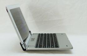 iPad-en skyves ned i et spor, og holdes fast av en magnet.