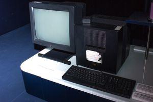 Den første webserveren står den dag i dag utstilt i Cerns enorme datasenter i Sveits.