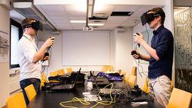 Varg og Audun prøver en Oculus Rift-demo sammen. (Foto: Jørgen Elton Nilsen, Hardware.no)