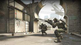 Soldatmenn som skyter på hverandre.
