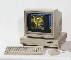 Amiga 1000 var den første Amiga-modellen. Maskinen kjører Deluxe Paint. Bilde: Kaiiv (Wikipedia).