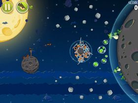 Både Angry Birds Space og Shattered Horizon leker med tyngdekraften.