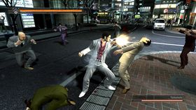 Kazuma mot mer ordinære fiender, i Yakuza 3.