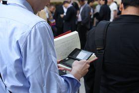 En japaner leser og spiller 3DS samtidig i køen. (Foto: Mikael H. Groven/Gamer.no)