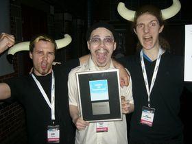 Jo-Remi Madsen, Aleksander Vinter og Simon Andersen mottar prisen Indie Sensation Award under Nordic Game Awards.