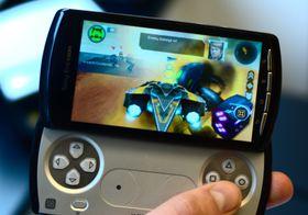 Hovedpremien er to kritikerroste Xperia Play-telefoner fra Sony Ericsson. Denne har fått mye skryt for sine spillmuligheter. (Foto: Amobil.no)