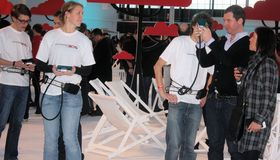 Mennesker i hvite skjorter var lenket fast til konsollene. (Foto: Mikael H. Groven/Gamer.no)