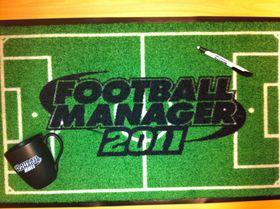 Football Manager 2011-dørmatte, -kopp og -penn.