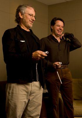Steven Spielberg og EA-mann Lois Castle. Toppbildet viser Spielberg og Dough Church.