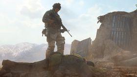 I neste øyeblikk sparka han den afghanske soldaten ned i grøfta.