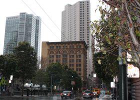 Hotellet vårt ligger bak den brune bygningen. (Foto: Mikael H. Groven/Gamer.no)