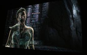 Athene forsøker seg på sine vante gudetriks, men Kratos gjennomskuer henne enkelt.  (Foto: Thomas Owren/Gamer.no)
