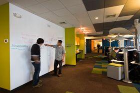 Irrational plages av tagging på veggene i kontoret.