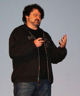Tim Schafer snakker om Brütal Legend. (Foto: Lasse Lervik/Gamer.no)