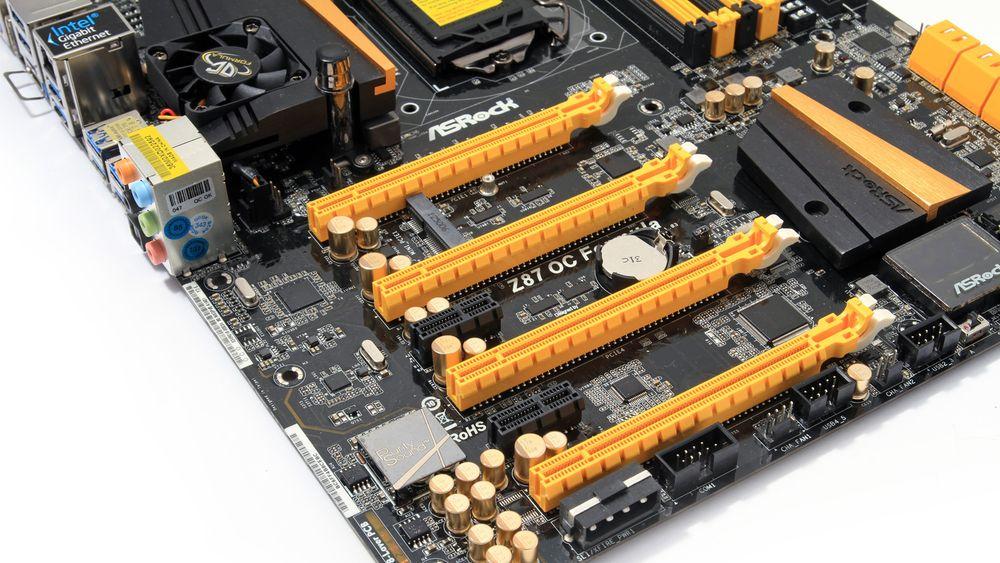 Hovedkortet har fire PCI Express x16-spor, et mini-PCIe- og to PCIe x1-spor.
