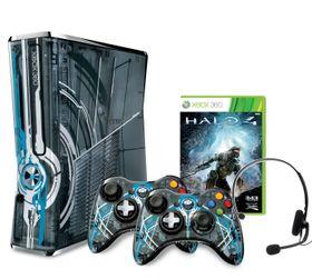 Xbox 360 med 320 GB i Halo 4-design, spillet Halo 4, to Halo 4-håndkontrollere og et headset.