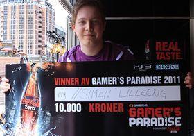 Simen «rvg» Lilleeng viser stolt frem beviset på at han er den beste Crysis 2-spilleren i vår landsdekkende spillturnering. (Foto: Lars Nerdal)