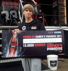 Her er beviset på at Jens «GLSnute» Waller Aasgaard (20) er den beste spilleren i vår StarCraft II-turnering. (Foto: Tor-Steinar N. Tangedal)