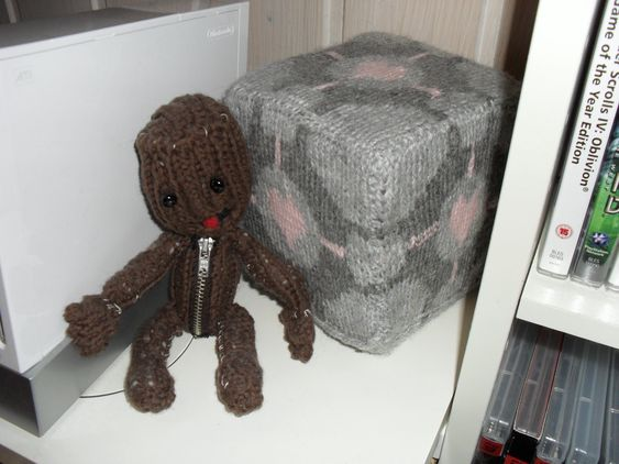 Sackboy og en Weighted Companion Cube.