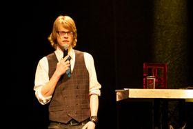 Erik «AltF4» Brendløkken fra forumet delte ut prisen for Årets rolle/eventyrspill i 2010. (Foto: Viktor Jæger)