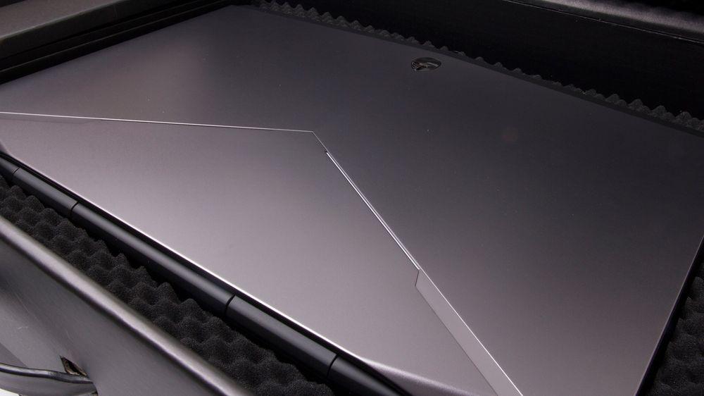 Et skikkelig maskulint topplokk. Materialet er i mørk sølvgrå plast, med en Alienware-logo i krom til å krone det hele.