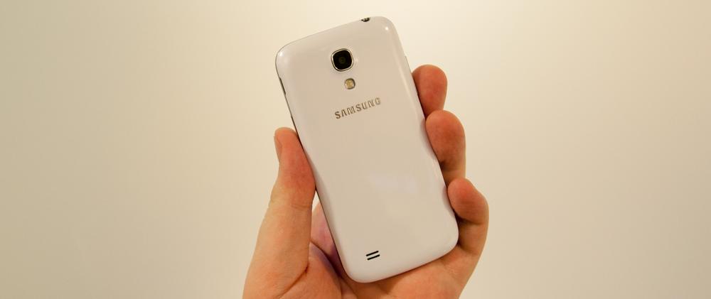 Akkurat som den store Galaxy S4-modellen har Mini et svakt mønstrete deksel.