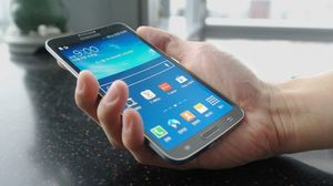 Også Samsung har kommet med buede telefoner. Her Samsung Galaxy Round:.